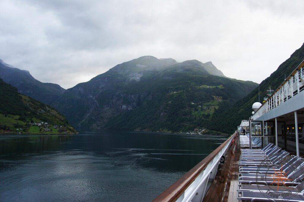 Morgendlicher Blick vom Schiff in den Geirangerfjord