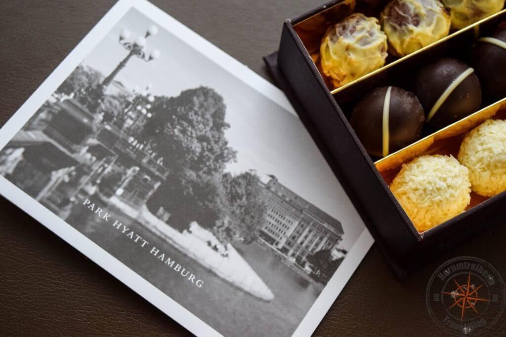 Freundliche Begrüßung mit Pralinen und Postkarte im Park Hyatt Hamburg