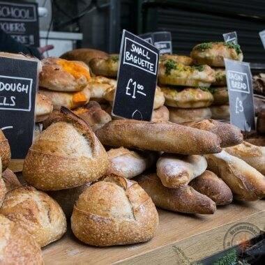 Frisches Brot auf dem Borough Market, London
