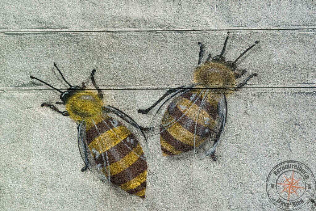 Bienen Graffitti an einer Hauswand - Street Art in Woodstock, Kapstadt